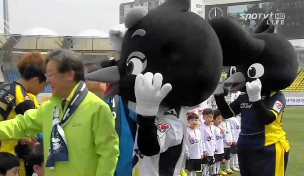 Seongnam FC Magpie Mascots