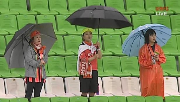Gangwon Fans in the Rain vs. Chungju