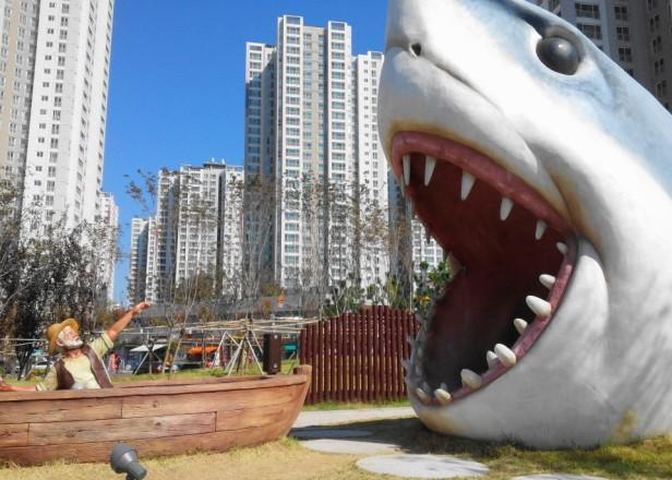 Giant Great White Shark - Cheongna Park Incheon