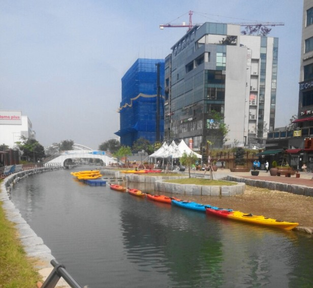 Cheongna Canal Park Incheon canoes