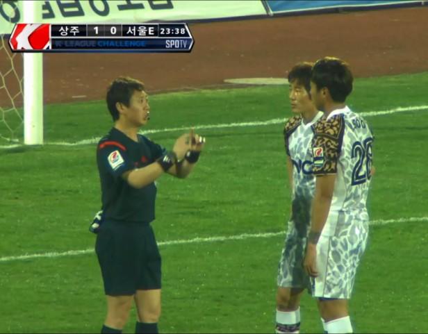 Seoul E-Land FC ref chatting vs. Sangju