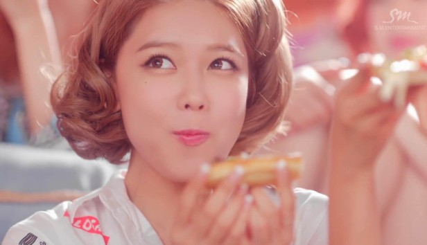 Girls Generation Lion Heart Eating Pizza