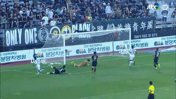 seongnam-suwon-bluewings-sept-2016-santos-goal